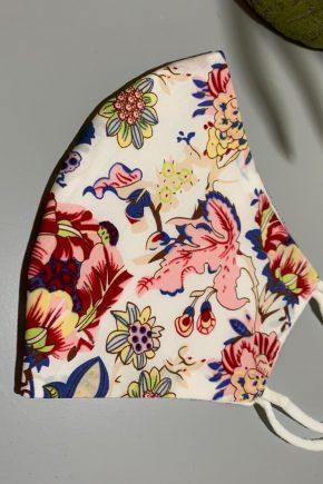 Mascarilla fondo blanco y estampado flores